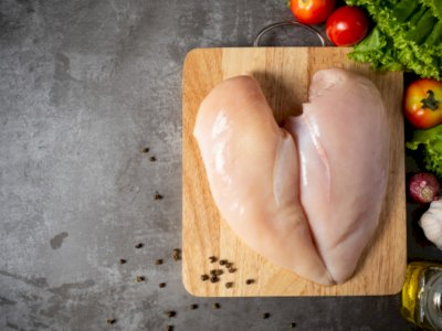 Mencuci Daging Ayam Segar Sebelum Dimasak Bikin Terkontaminasi Bakteri, Benarkah?
