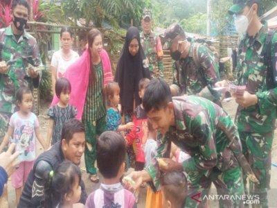 TNI Bantu Lakukan Trauma Healing ke Anak-anak di Lokasi Banjir Kalsel