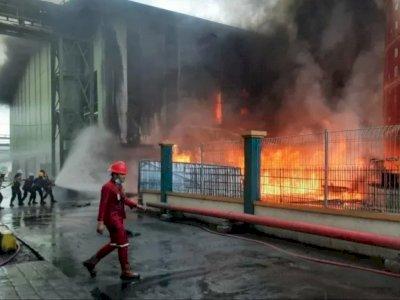 120 Personel dan 12 Mobil Damkar Dikerahkan Padamkan Kebakaran Gudang CPO di  Teluk Bayur