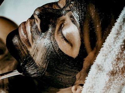 Memakai Masker Wajah Bisa Bikin Cepat Tua? Simak Penjelasannya!