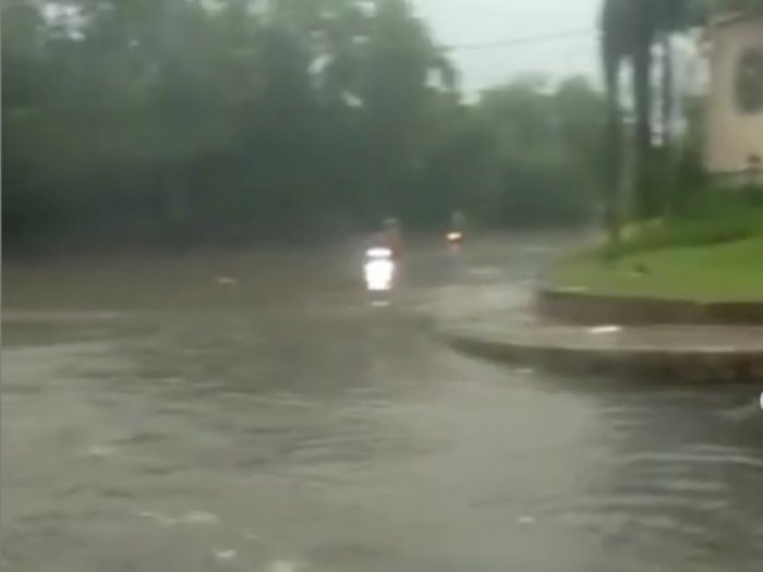 Kolong Caman di Bekasi Terendam Banjir, Ibu-ibu Nekat Terobos hingga Dibantu Petugas