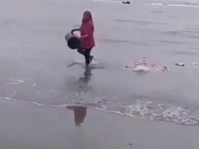 Viral Emak-emak di Bengkulu Buang Sampah 1 Ember ke Laut, Netizen: Astaghfirullah!