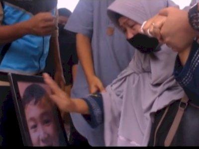Viral Wanita Berhijab Nangis di Pemakaman Penumpang Sriwijaya Air, Maafkan Nenek Nak!