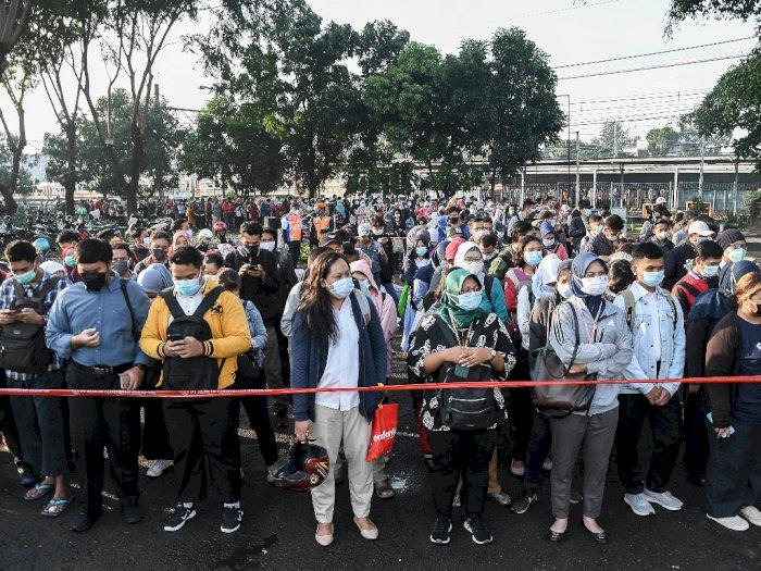 FOTO: Antrean Penumpang di Stasiun Bekasi