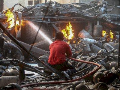 FOTO: Saat Petugas Pemadam Kebakaran Padamkan Api di Pangkalan Gas  Medan
