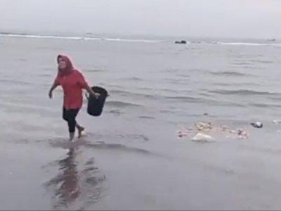 Viral, Wanita Diduga Pedagang, Buang Sampah ke Laut, Ditegur Malah Lempar Ember