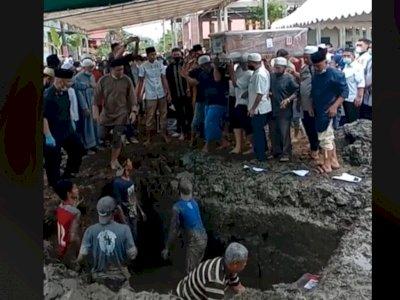 Viral Pemakaman Satu Keluarga Korban Sriwijaya Air, Netizen Salfok Liang Lahat Penuh Air