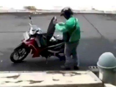 Pakai Hand Sanitizer Sebelum Beri Pesanan, Aksi Driver Driver Ojol Banjir Pujian