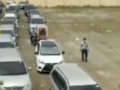 Mengharukan, Wisudawan Ini Diantar Naik Becak oleh Ayahnya, Yang Lain Naik Mobil