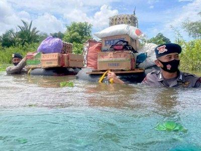Viral Dua Polisi Gegana Satbrimob Antar Logistik Terobos Banjir Pakai Ban Karet di Kalsel