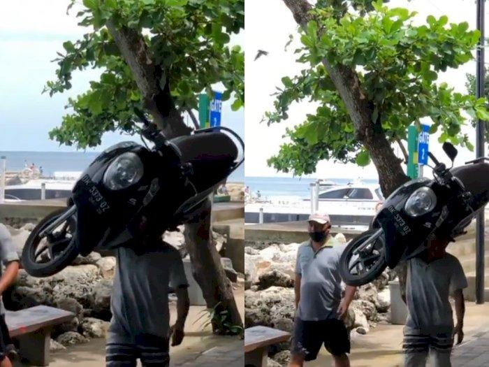 Aksi Bapak-bapak Gendong Motor di Sepanjang Pantai, Jadi Tontonan Orang Sekitar