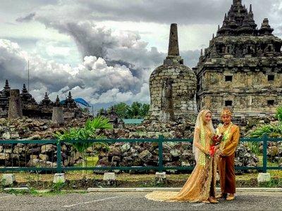 Viral Calon Pengantin Tetap Santai Foto Pre-Wedding saat Gunung Merapi Erupsi Siang Ini