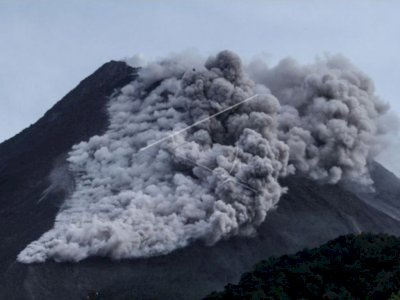 Gunung Merapi Keluarkan Awan Panas, Warga Panik Berlarian Keluar Rumah
