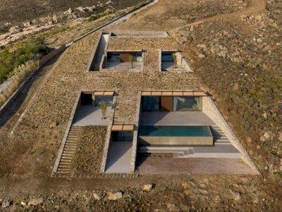 Rumah Estetik Penuh Nilai Seni Ini Dibangun di Tebing Yunani, Bak Markas James Bond
