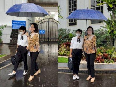 Unggah Momen Kehujanan Bareng Menlu Retno Marsudi, Sri Mulyani: Serasa Nostalgia Masa SMA