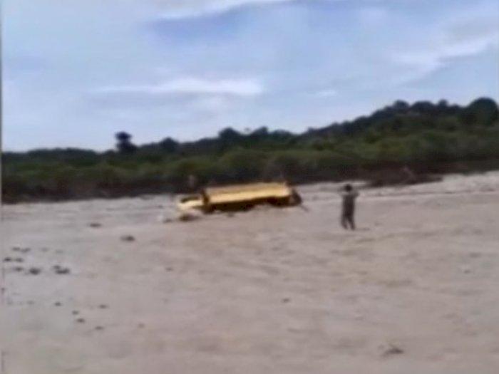 Nekat Terobos Banjir, Detik-detik Truk Terbalik Terbawa Arus Saat Air Sungai Meluap di NTT