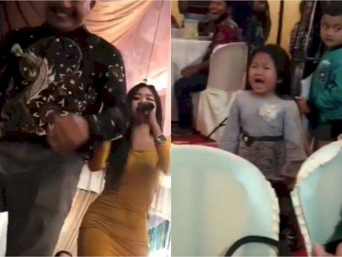 Bocah Ini Nangis Kejer Lihat Ayahnya Joget & Sawer Biduan, Reaksi Sang Biduan Jadi Sorotan