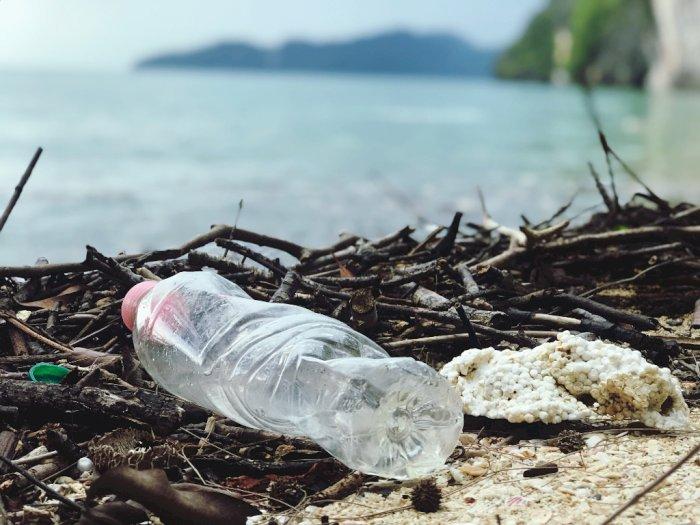 Dua Ilmuwan Ini Berhasil Mengatasi Sampah Plastik di Laut dengan Ciptakan Bakteri Baru