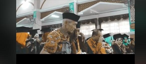 wisuda, orangtua, viral, video viral