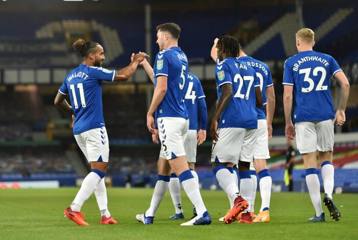 Michael Keane dari Everton merayakan mencetak gol pertama mereka bersama Theo Walcott dan rekan satu timnya