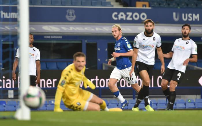 Tom Davies dari Everton melewatkan kesempatan untuk mencetak gol
