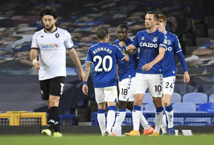 Pemain Everton Gylfi Sigurdsson merayakan mencetak gol kedua mereka dengan rekan satu tim
