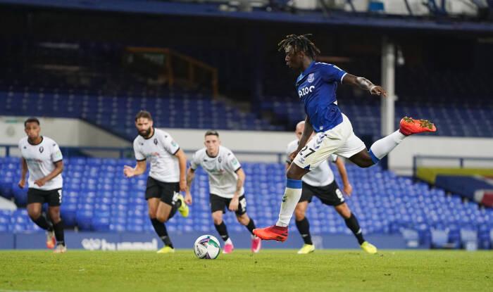 Moise Kean dari Everton mencetak gol ketiga mereka dari titik penalti