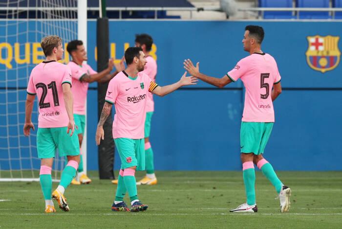 Pemain Barcelona Lionel Messi merayakan dengan Sergio Busquets setelah Philippe Coutinho mencetak gol pertama mereka