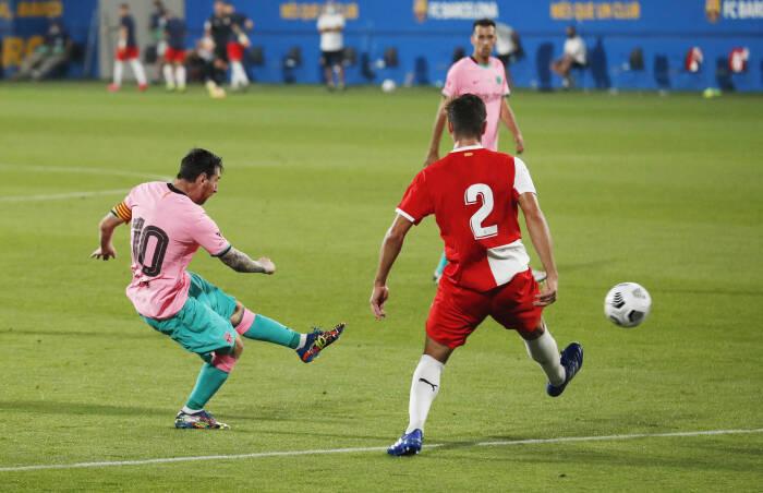 Pemain Barcelona Lionel Messi mencetak gol ketiga mereka