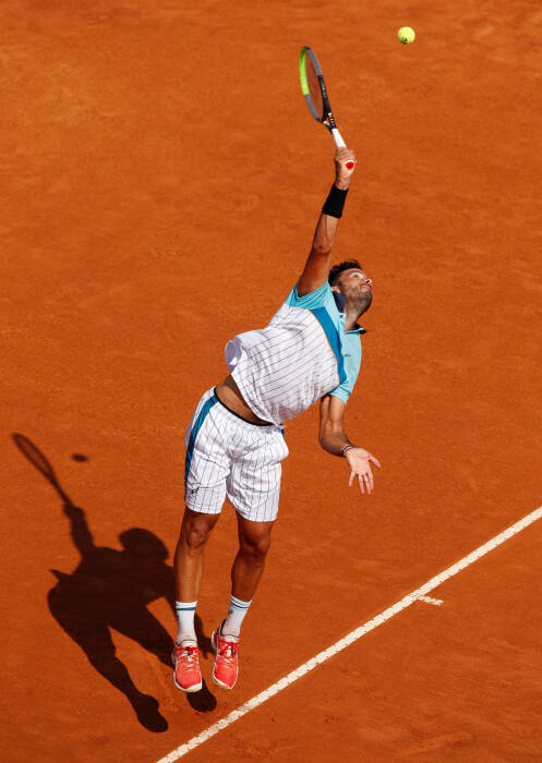 Salvatore Caruso dari Italia beraksi selama pertandingan putaran kedua melawan Novak Djokovic dari Serbia