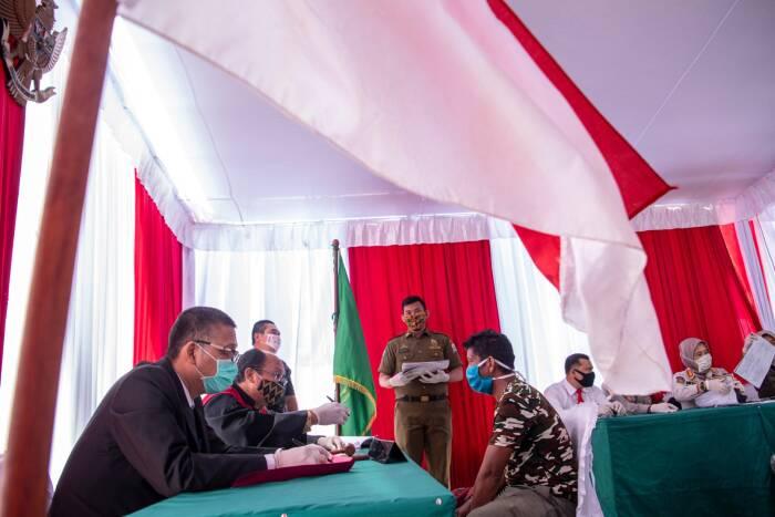 Warga pelanggar protokol kesehatan mengikuti sidang Operasi Yustisi di pelataran Monumen Perjuangan Rakyat (Monpera) Palembang, Sumatera Selatan, Kamis (17/9/2020).