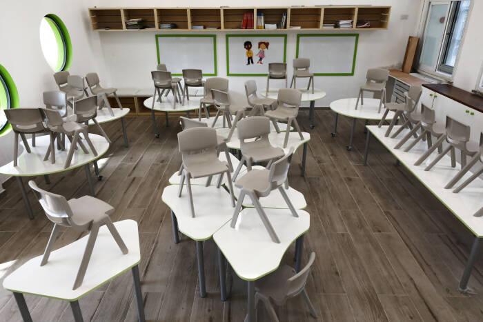 Ruang kelas kosong terlihat di sekolah yang ditutup sebagai bagian dari keputusan pemerintah untuk mengekang penyebaran krisis penyakit virus corona (COVID-19)