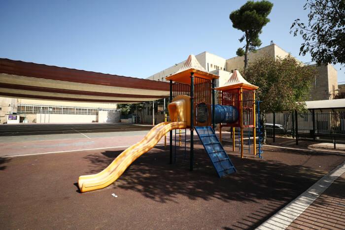 Taman bermain kosong terlihat di sekolah yang ditutup
