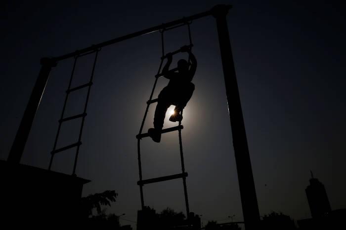 Seorang rekrutan Palestina berpartisipasi dalam sesi pelatihan
