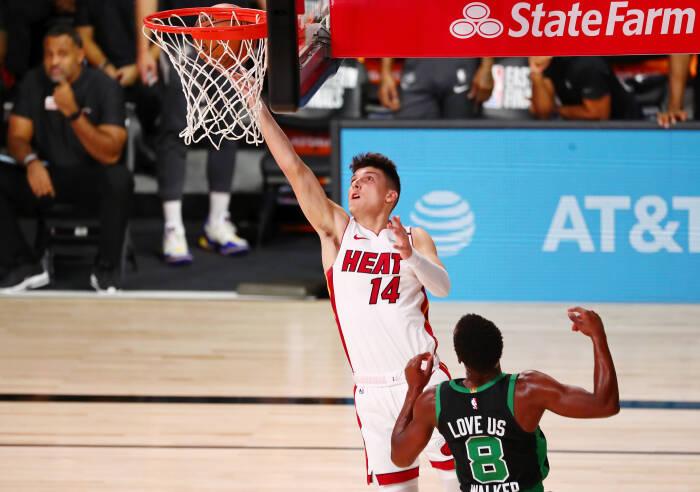 Guard Miami Heat Tyler Herro (14) menembak melewati guard Boston Celtics Kemba Walker (8)