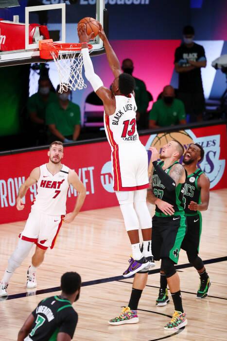 Penyerang Miami Heat Bam Adebayo (13) melakukan dunks