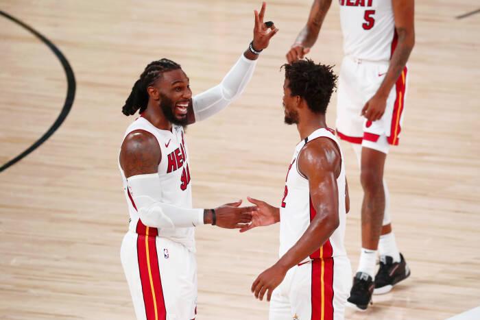 Penyerang Miami Heat Jae Crowder (99) mengangkat dua jari setelah memenangkan pertandingan kedua di Final Wilayah Timur Playoff NBA 2020