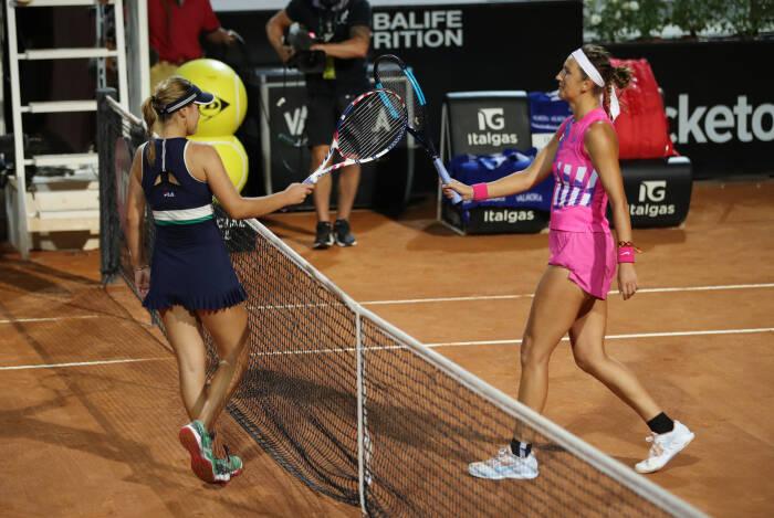Victoria Azarenka dari Belarusia dengan Sofia Kenin dari AS setelah memenangkan pertandingan putaran kedua mereka