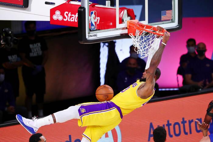 Penyerang Los Angeles Lakers, LeBron James (23) melakukan dunk