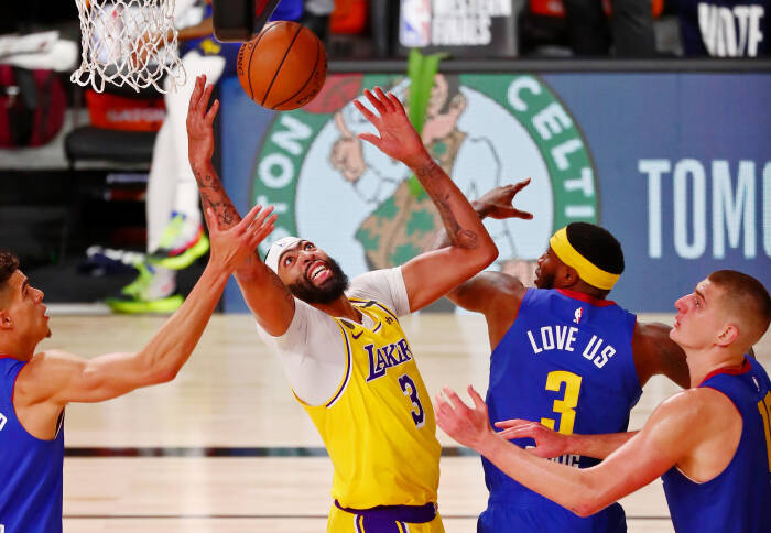 Penyerang Los Angeles Lakers Anthony Davis (3) melakukan rebound
