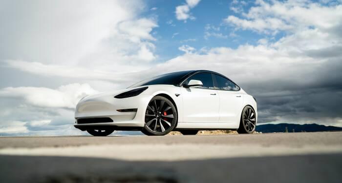 Mobil Tesla Model S dengan teknologi Autopilot