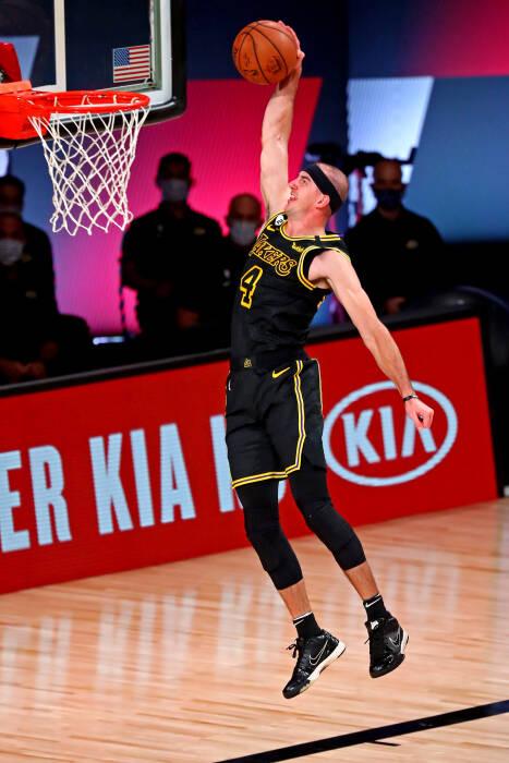 Guard Los Angeles Lakers Alex Caruso (4) melakukan dunks