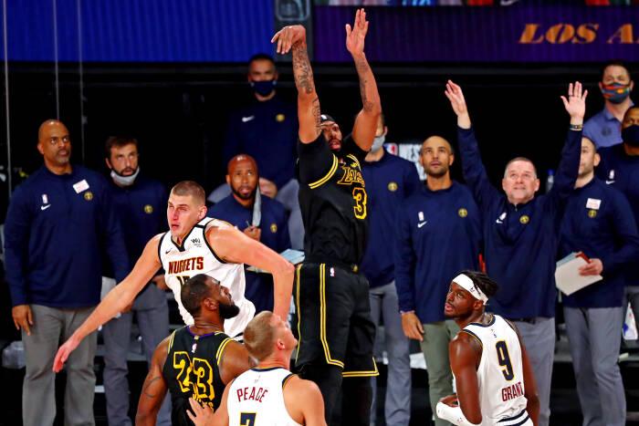 Penyerang Los Angeles Lakers Anthony Davis (3) membuat tembakan kemenangan