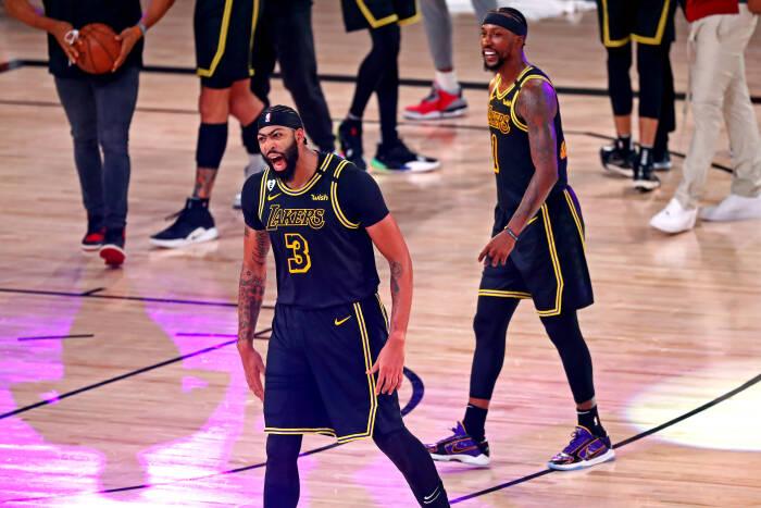 Penyerang Los Angeles Lakers Anthony Davis (3) bereaksi setelah membuat tembakan kemenangan