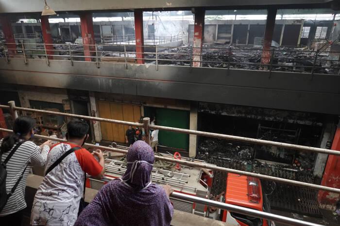 Sejumlah pedagang melihat lokasi kebakaran dari lantai dua Pasar Wage Purwokerto
