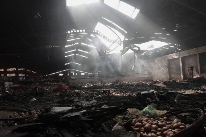Sejumlah lapak dan kios hangus terbakar di lantai dua Pasar Wage Purwokerto, Banyumas, Jawa Tengah, Senin (21/9/2020)