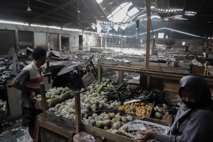 Dua orang pedagang memindahkan barang daganganya dari lokasi kebakaran di lantai dua Pasar Wage Purwokerto