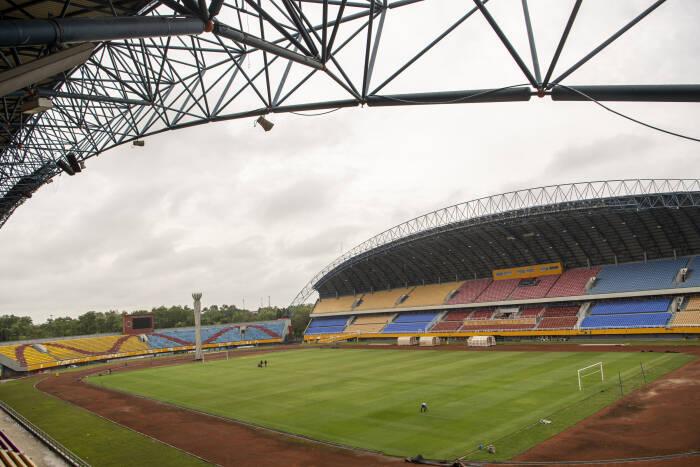 Pekerja melakukan perawatan rumput Stadion Gelora Sriwijaya Jakabaring (GSJ)