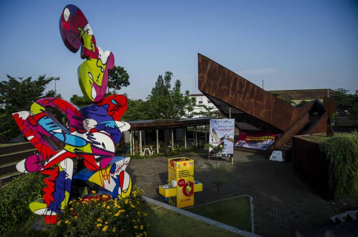 Suasana area taman yang ditutup di Alun Alun Cicendo, Bandung, Jawa Barat, Senin (21/9/2020).