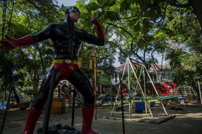 Suasana area fasilitas bermain yang ditutup di Taman Super Hero, Bandung